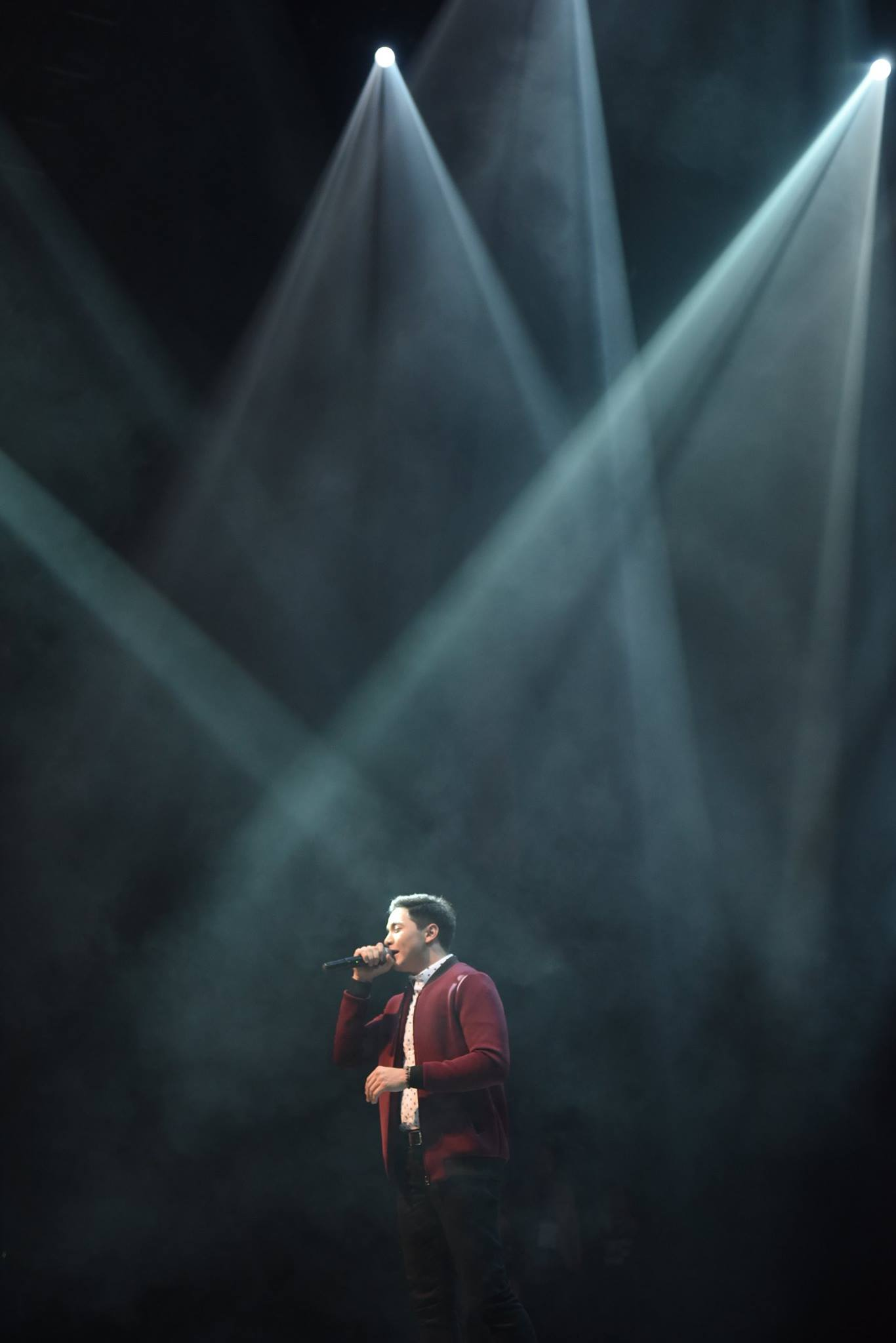 alden richards with lights on stage singing hosting concert in singapore pinoy celebrity hottest