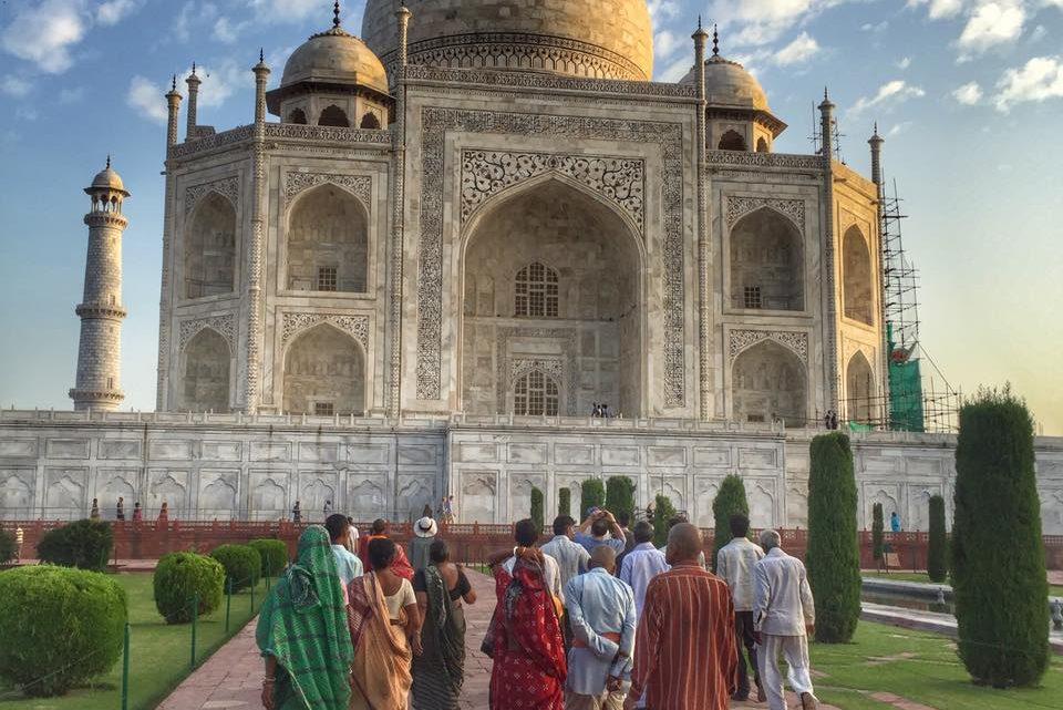 taj-mahal-with-indian-locals-walking-beautiful-pic-bucket-list