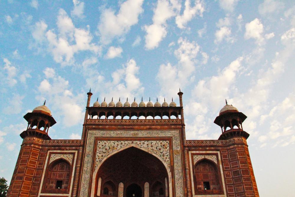 taj-mahal-gate-sky-morning