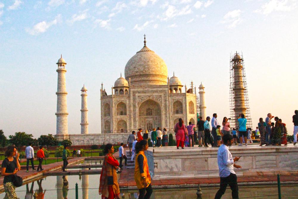 taj-mahal-visitors-front-photo