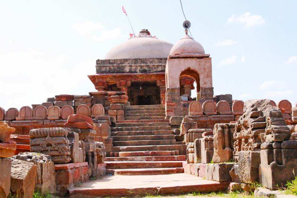 harshat-mata-temple-hindu-temple-near-chand-bhaori-stepwell-jaipur-goddess-of-happiness-facade-pillars